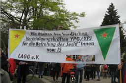Polizei beschlagnahmt Transparent mit kurdischen Emblemen